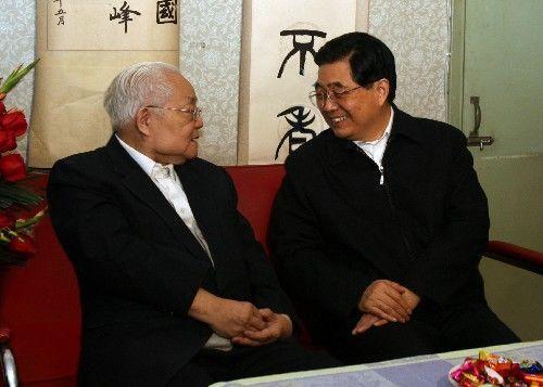 国家主席胡锦涛亲切看望杰出科学家吴文俊院士