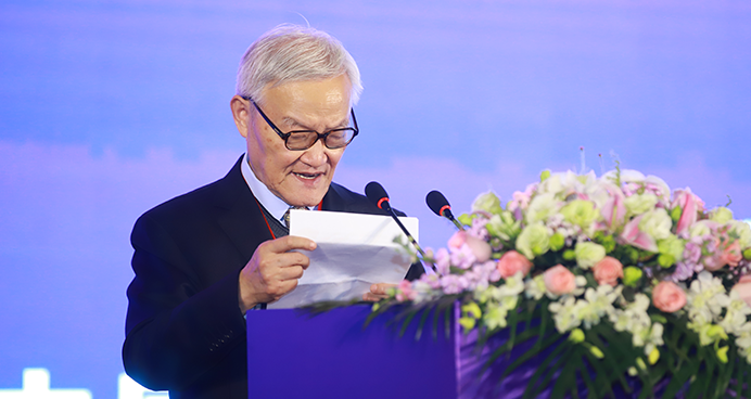 中国科学院院士陆汝钤发表获奖演讲